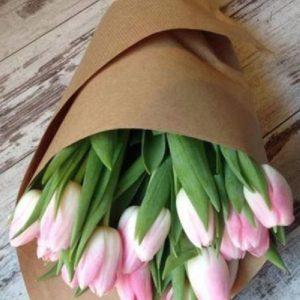 stilnye-vesennie-bukety-iz-tyulpanov-k-prazdniku-8-marta_4